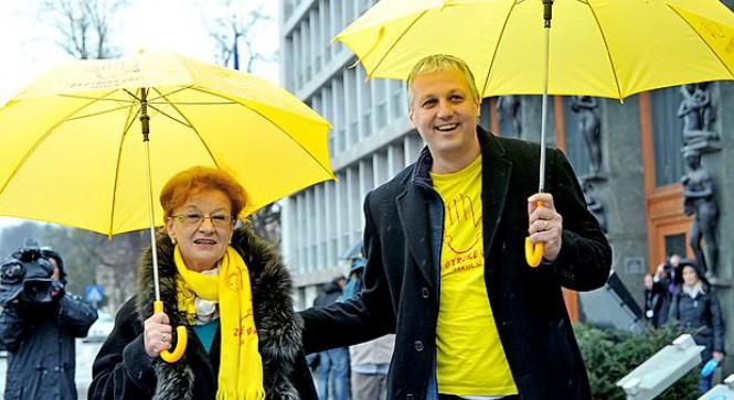 Metka in Aleš z dežniki